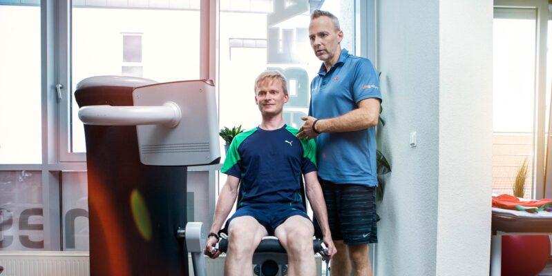 Mann mit persönlichen Trainer beim Reha Sport
