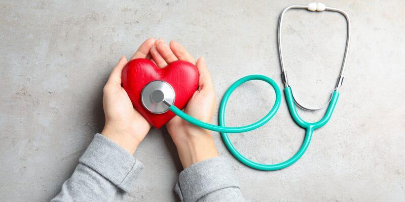 Herz mit Stethoskop in den Händen zur Präventation von Herzproblemen