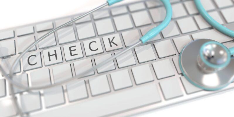 Tastatur mit den Worten Check und Stethoskop zur Präventation