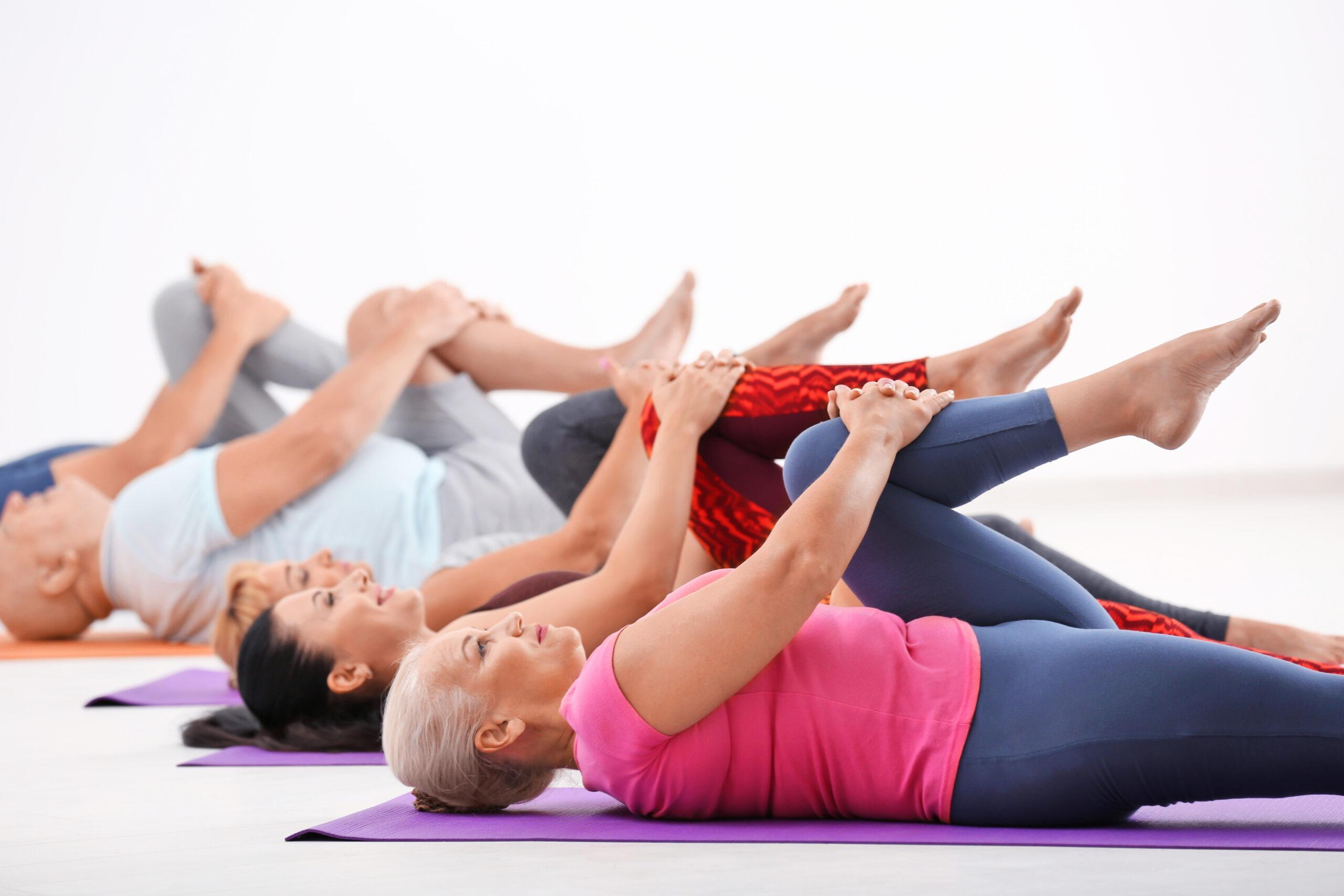 Eine Gruppe beim Yoga Fitnesskurs